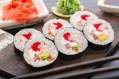 Rollos de sushi con tobiko y los camarones Imagen de archivo