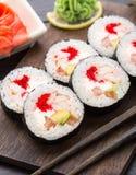 Rollos de sushi con tobiko y los camarones Imágenes de archivo libres de regalías