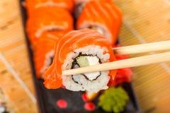 Rollos de sushi de color salmón Imagenes de archivo