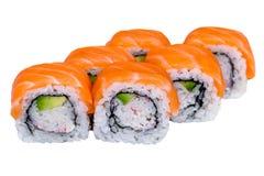 Rollos de sushi de color salmón aislados en blanco Imágenes de archivo libres de regalías