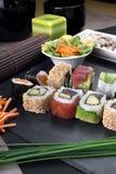 Rollos de sushi del detalle preparados en la placa Foto de archivo libre de regalías