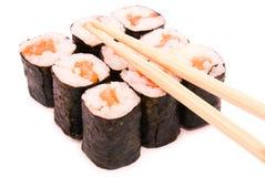 Rollos de sushi en grupo con los palillos, aislados en el backgrou blanco Fotos de archivo libres de regalías