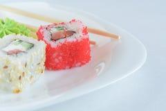 Rollos de sushi en la placa Imagenes de archivo