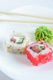 Rollos de sushi en la placa imagen de archivo libre de regalías