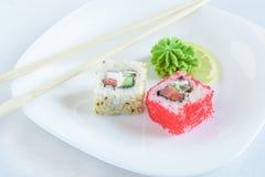 Rollos de sushi en la placa fotos de archivo