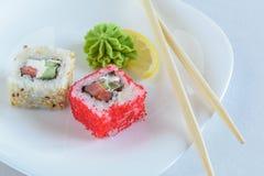 Rollos de sushi en la placa fotos de archivo libres de regalías