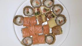 Rollos de sushi en un giro de la placa de la opinión superior de la placa almacen de metraje de vídeo