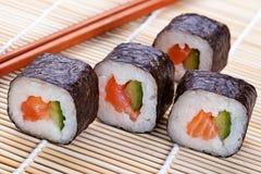 Rollos de sushi frescos deliciosos en la estera Fotografía de archivo libre de regalías