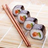 Rollos de sushi frescos deliciosos en la estera Imágenes de archivo libres de regalías
