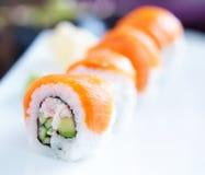 Rollos de sushi japoneses con los salmones Fotografía de archivo