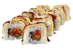 Rollos de sushi japoneses en el fondo blanco Fotografía de archivo