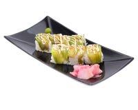 Rollos de sushi japoneses frescos tradicionales en un blanco Fotos de archivo