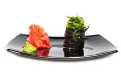 Rollos de sushi japoneses frescos tradicionales en un blanco Foto de archivo