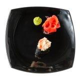 Rollos de sushi japoneses frescos tradicionales en un blanco Foto de archivo libre de regalías