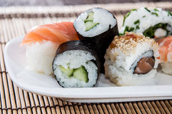 Rollos de sushi mezclados en una placa imágenes de archivo libres de regalías