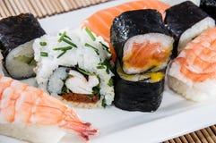 Rollos de sushi mezclados en una placa foto de archivo