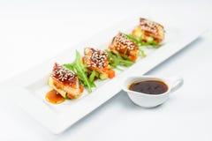 Rollos de sushi vegetales con los pescados y la salsa Imagen de archivo