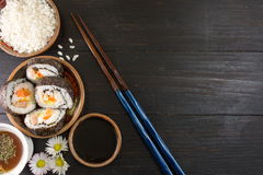 Rollos de sushi y palillos Foto de archivo
