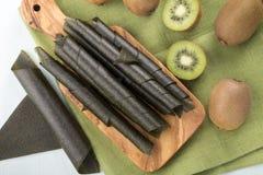 Rollos del cuero de la fruta de kiwi fotografía de archivo libre de regalías