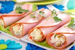 Rollos del jamón rellenos con la ensalada y la mayonesa vegetales Imagen de archivo libre de regalías