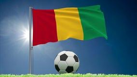 Rollos el agitar y del f?tbol de la bandera de Guinea almacen de metraje de vídeo