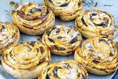Rollos frescos hechos en casa del cinnabon Bollo de canela dulce de la panadería de los pasteles Foto de archivo