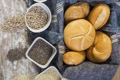 Rollos frescos y pan recientemente cocido de la semilla de amapola Foto de archivo libre de regalías