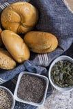 Rollos frescos y pan recientemente cocido de la semilla de amapola Fotografía de archivo