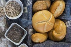 Rollos frescos y pan recientemente cocido de la semilla de amapola Fotos de archivo libres de regalías