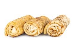 Rollos fritos de la crepe con el relleno aislados en blanco fotografía de archivo