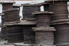 Rollos grandes de los cables de acero Fotografía de archivo