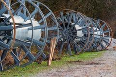 Rollos grandes vacíos del cable del metal Imagenes de archivo