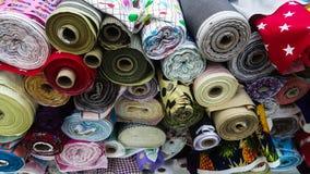 Rollos materiales coloridos de la tela imágenes de archivo libres de regalías