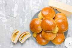 Rollos rellenos queso de la cena Bollos del pan hecho en casa del jamón y del queso foto de archivo