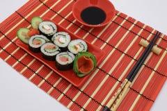 Rollos servidos en la tabla en un estilo rojo fotos de archivo