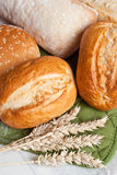 Rollos tradicionales recientemente cocidos con los oídos del grano del trigo Foto de archivo libre de regalías