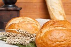 Rollos tradicionales recientemente cocidos con los oídos del grano del trigo Imágenes de archivo libres de regalías
