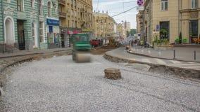 Rollos verdes del compresor del rodillo de la vibración en piedras en la construcción de carreteras y el timelapse de la reparaci almacen de video