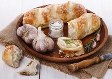 Rollos y ajo recientemente cocidos de pan Imagenes de archivo