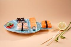 rollos y sushi en una placa bajo la forma de pescados Imagen de archivo