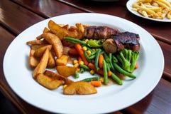 Rollos y verduras de carne de la placa de cena Imagenes de archivo