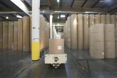 Rolls énorme de papier dans l'usine de journal Images stock