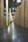 Rolls énorme de papier dans l'usine de journal Image libre de droits