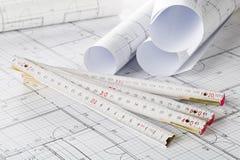 Rolls архитектурноакустических планов жилищного строительства светокопии с брусом для кантовки листов стоковые фотографии rf