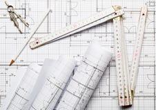 Rolls архитектурноакустических планов жилищного строительства светокопии на квартире предпосылки светокопии кладут с брусом для к стоковое фото rf