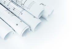 Rolls архитектурноакустических планов здания дома на белой предпосылке Стоковое Изображение RF