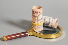 Rolls индийских примечаний рупии валюты на лупе Стоковые Изображения