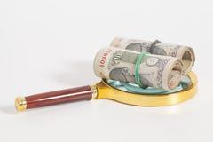 Rolls индийских примечаний рупии валюты с лупой Стоковое Фото
