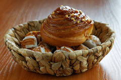 Rolls и печенья в плетеной корзине стоковая фотография