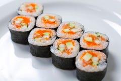 Rolls на белой плите Японская кухня Стоковые Фото